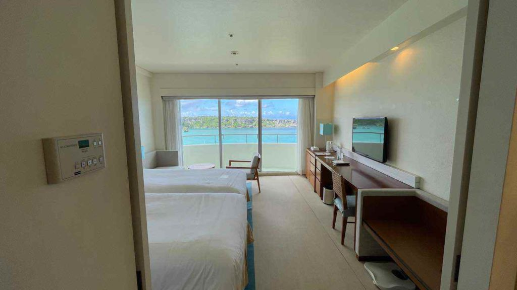 ANAインターコンチネンタル万座ビーチの部屋のドアを開けると海!
